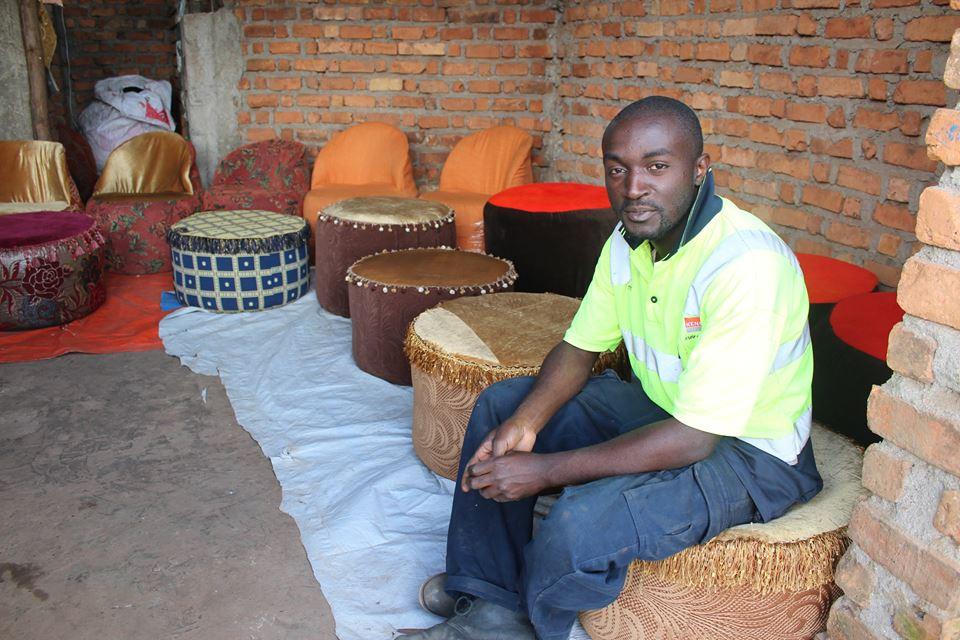 Qui est Yafeti Cheko Leo, le jeune prodige congolais qui donne une seconde vie à vos pneus usagés et bouteilles en plastique ?