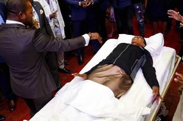 Nouvelle  scène de résurrection, le pasteur Alph lukau fait appel  à un médecin