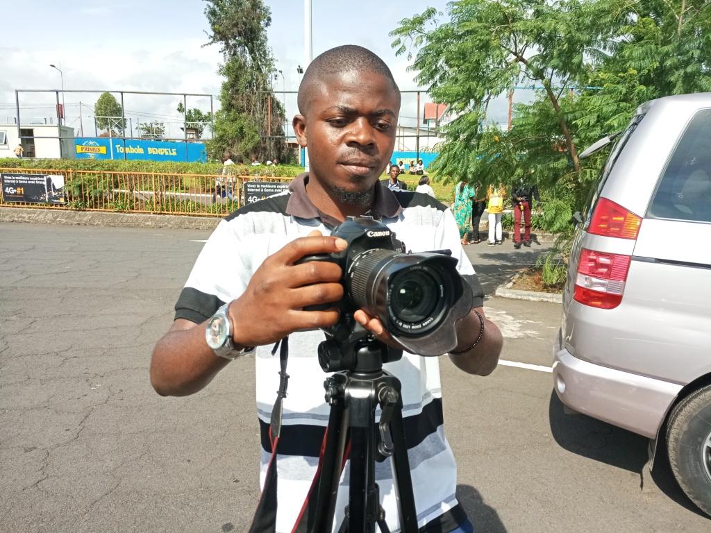 Amani Alimasi Joseph, du néant à la prouesse : le parcours élogieux d'un jeune qui a fait de la camera son acolyte