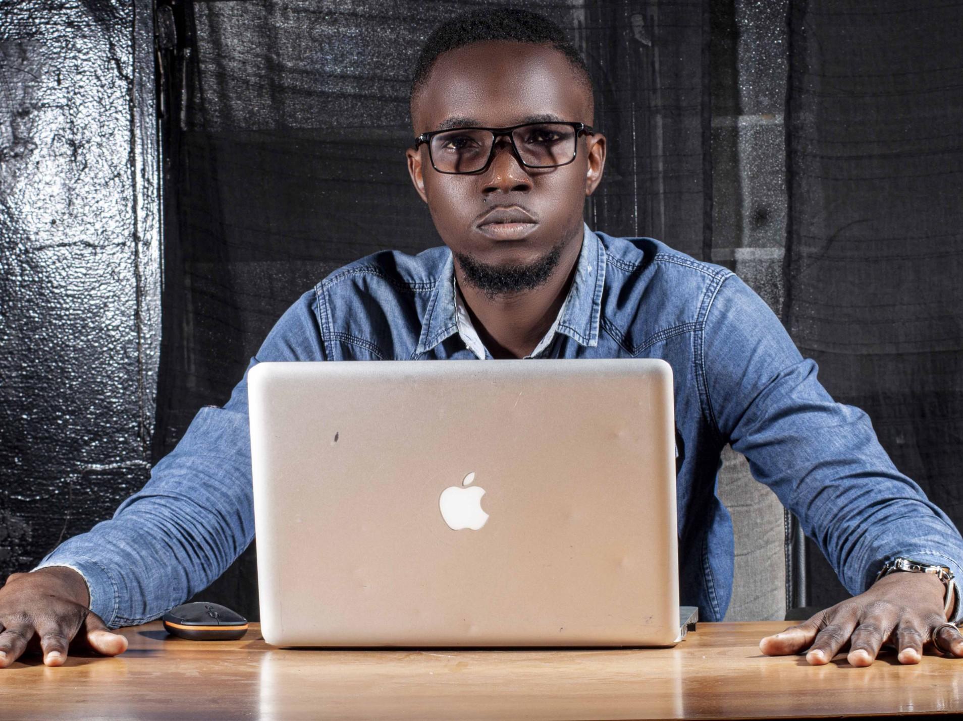 Yoan Taba est un le jeune Congolais de 21 ans , il a développe Muendo , la première application qui permet de tout faire dans son téléphone
